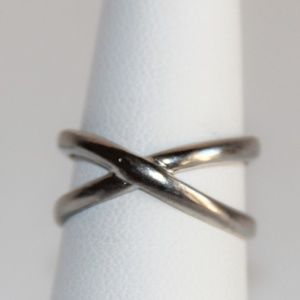Fashionable Sterling Silver Criss Cross X Ring